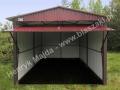 Wiśniowy dwuspadowy garaż blaszany, brama uchylona, ral 3005