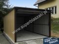 Brązowo żółty garaż blaszak z bramą podniesioną