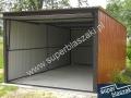 Jasnobrazowy typowy blaszany garaż