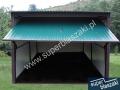 Zielony garaż blaszak, brama uchylona ral 6005