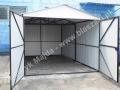 Biały garaż, otwarte wrota