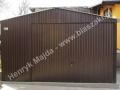 Brązowy garaż blaszak, konstrukcja dachu z kratownica