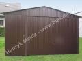 Ciemnobrązowy garaż wolnostojacy z bramą podnoszoną do góry