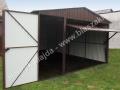 Ciemnobrązowy garaż z dodatkowymi drzwiczkami