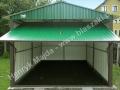 Zielony blaszak z dachem dwuspadowym i bramą uchylną