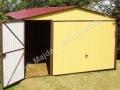 Dwukolorowy garaż 4x6 dwuspadowy, brama uchylna, RAL 3005 dach i RAL 1002 ściany