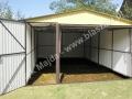 Dwukolorowy garaż blaszak z dodatkowymi drzwiami
