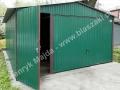 Dwuspadowy zielony garaż, dodatkowe drzwiczki