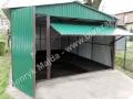 Dwuspadowy zielony garaż blaszak, uchylone bramy RAL 6029