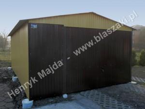 Garaż wsparty na cylindrycznych słupach